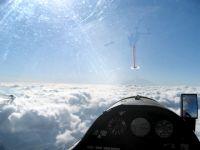 Segelfugzeugcockpit im Flug über den Wolken